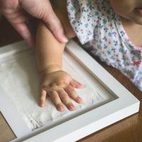 cornice foto con impronta mani e piedi 7